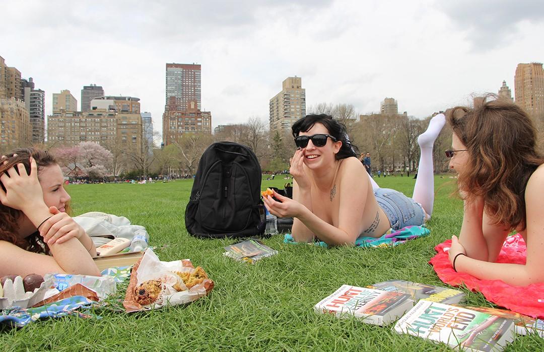 Biustem w przechodnia. Tak promują czytanie w nowojorskich parkach