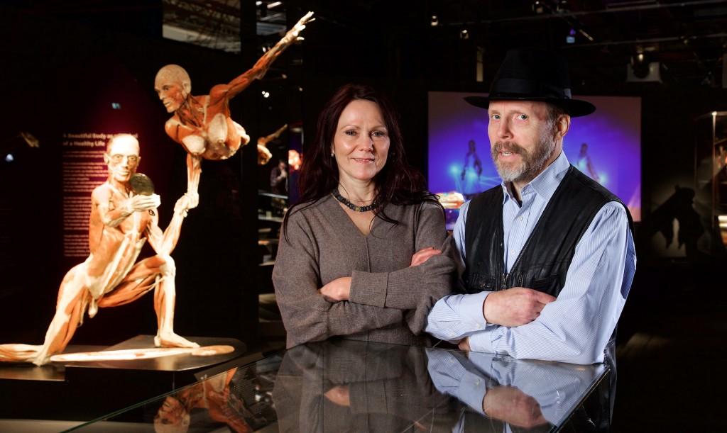Körperwelten Ausstellung Berlin; Gunther von Hagens Dr. Angelina Whalley ist Frau Ärztin und Kuratorin und Sohn Rurik von Hagens