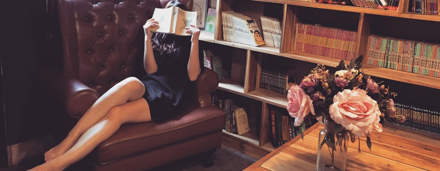 Książki na jesień. Co czytać, żeby wieczory stały się znośne?