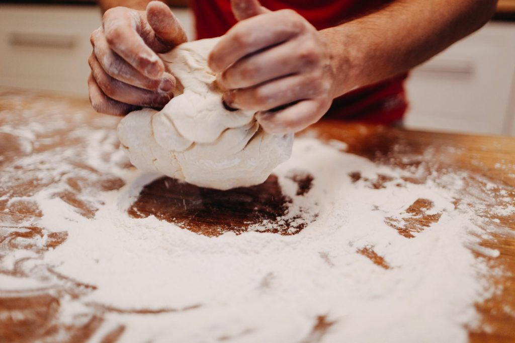 jak ugnieść ciasto na bułki